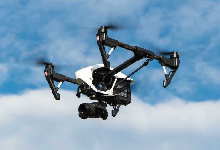 drone-multicopter-avec-camera-illustration-pretexte